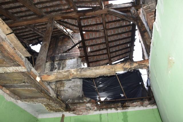 Zawalił się dach domu przy Batorego w Skierniewicach. Włąściciel nie zrobił nic
