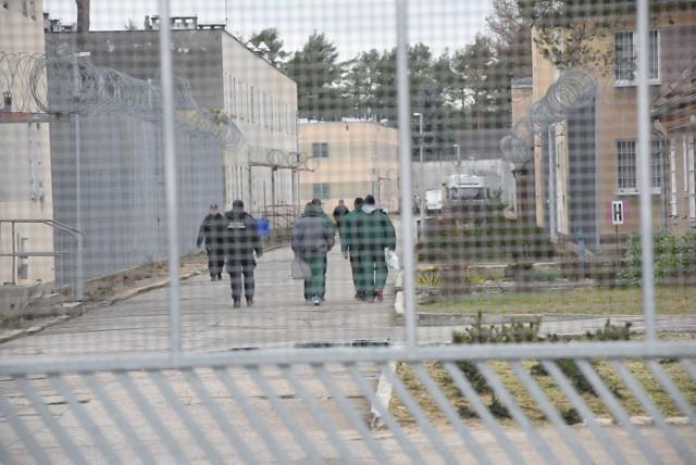 """Więźniowie """"pakujący"""" ostro na siłowni na spacerniaku - to obrazek znany nam amerykańskich filmów o brutalnym życiu za kratami. W polskiej rzeczywistości jest podobnie, choć sport ma wpływać właśnie na łagodzenie traumy skazanych.  Zobaczcie w dalszej części galerii, jak wygląda """"sportowe"""" życie więźniów w polskich Zakładach Karnych >>>"""