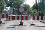 Utrudnienia na wrocławskich Swojczycach. Dwa następne przejazdy kolejowe zamknięte [ZDJĘCIA]
