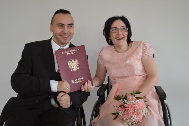 Katarzyna i Paweł cierpią na stwardnienie rozsiane. Poznawali się od dwóch lat i jesienią 2020 roku zdecydowali, że chcą się pobrać. Kameralna ceremonia oraz przyjęcie odbyły się bez udziału osób z zewnątrz