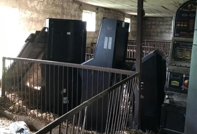 Brodniccy policjanci razem z funkcjonariuszami Kujawsko- Pomorskiego Urzędu Celno- Skarbowego z Torunia, znaleźli wczoraj (7.05.) 66 niezarejestrowanych automatów do gier. Schowane były...w opuszczonym  budynku gospodarczym w małej miejscowości , w gminie Świedziebnia.