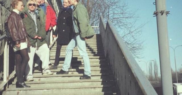Grupa młodzieży studenckiej na schodach. Data wydarzenia: 1996-03