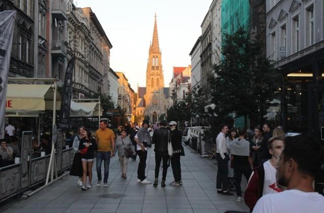 Katowice, ul. Mariacka. To jedyne miejsce w mieście, w którym o wyłączeniu ruchu samochodowego jest tak dużo mieszkańców także nocą.  Zobacz kolejne zdjęcia. Przesuwaj zdjęcia w prawo - naciśnij strzałkę lub przycisk NASTĘPNE