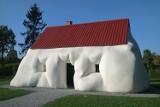Niemożliwe budynki Erwina Wurma. Zobacz zabawne i zaskakujące dzieła austriackiego artysty