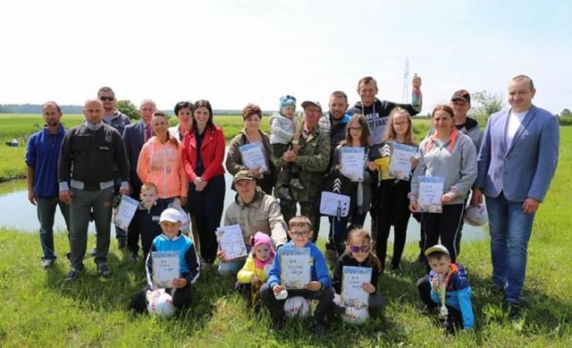 W zawodach wędkarskich z okazji Dnia Dziecka wzięło udział kilkanaście dzieci z rodzicami