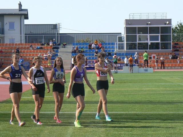 Martyna Smalec z UKS Kobylanka ( nr 68) zdobyła dwa złote medale w biegu na 2000 i 1000 metrów