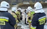 W Myscowej samochód z dziećmi zjechał do rzeki. Przez brak mostu mogło dojść do tragedii [ZDJĘCIA]