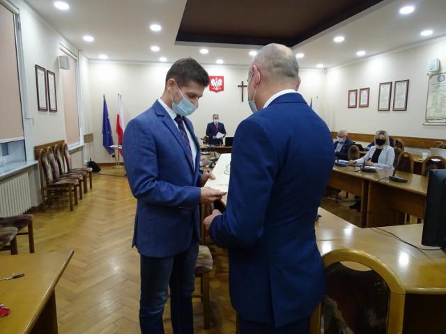 Radni - większością głosów - zdecydowali, by dać w niej szanse pracy nowemu radnemu Krzysztofowi Jaruszewskiemu, który tego samego dnia złożył ślubowanie i dołączył do tego gremium. Opozycja mówi, że celem była eliminacja doświadczonego, dociekliwego radnego