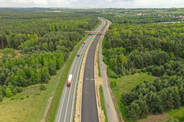 Na budowie drogi ekspresowej S1 od Podwarpia do Pyrzowic widać już spory fragment asfaltowej nawierzchni Zobacz kolejne zdjęcia. Przesuwaj zdjęcia w prawo - naciśnij strzałkę lub przycisk NASTĘPNE