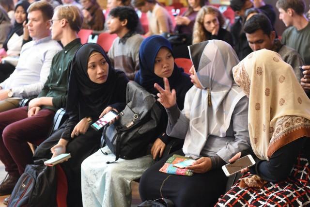 Studenci z zagranicy studiują na polskich uczelniach m.in. w ramach programu wymiany studenckiej Erasmus+ lub też prywatnie, w pełnym cyklu kształcenia, zwykle w trybie stacjonarnym.