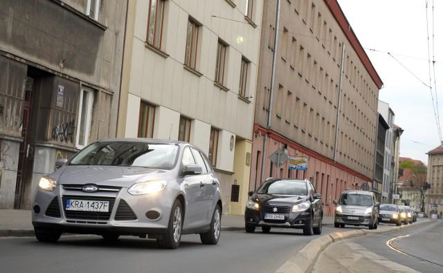 Separatory na ul. Grzegórzeckiej oddzielają torowisko od jezdni. Kierowcy narzekają, że rowerzyści w tym miejscu blokują ruch i nie ma jak ich wyminąć.