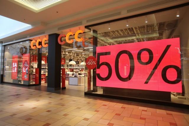 W galeriach handlowych rozpoczęły się sezonowe wyprzedaże. Większość punktów oferuje rabaty od 20 do nawet 50 proc.   Sprawdziliśmy, które sieci sklepów kuszą największymi promocjami.  KLIKNIJ W KOLEJNE ZDJĘCIA I SPRAWDŹ > > >