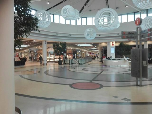 Minął ponad tydzień od ponownego uruchomienia centrów handlowych. W niektórych już funkcjonują tzw. wyspy, czyli stoiska na środku galerii, które wcześniej pozostawały zamknięte. Jakie sklepy i punkty są otwarte w toruńskich centrach handlowych? Sprawdziliśmy dla Was, gdzie w Toruniu zrobicie zakupy. Zobaczcie listy otwartych i zamkniętych sklepów w CH Atrium Copernicus, CH Kometa oraz CH Bielawy.  CZYTAJ DALEJ >>>>>  Zobacz także:  Meble z IKEI w Toruniu? Tak, do odbioru już w tym tygodniu  Nowe lokale na toruńskiej starówce. Co i gdzie się otworzy?