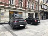 """Jak tak można? Oto """"mistrzowie parkowania"""" z Katowic. Tak parkują w Śródmieściu. Blokują deptaki, parkują na zakazach... Zobacz te ZDJĘCIA"""