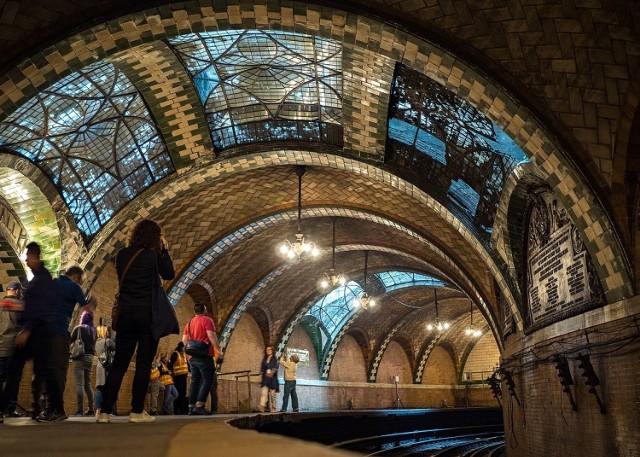 Pierwsze metro na świecie wybudowano w Londynie pod koniec XIX w. Od tamtej pory budowę podziemnej sieci transportowej podjęło wiele miast, jednak nie wszystkie tunele i stacje są używane do dziś. Zobacz galerię niezwykłych, opuszczonych obiektów metra, które potrafią zachwycić lub wzbudzić dreszcze.  Licencja