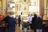 Rodzina, przyjaciele, pleszewianie oraz duchowni żegnają księdza prałata Eugeniusza Nowaka, który zmarł 11 kwietnia