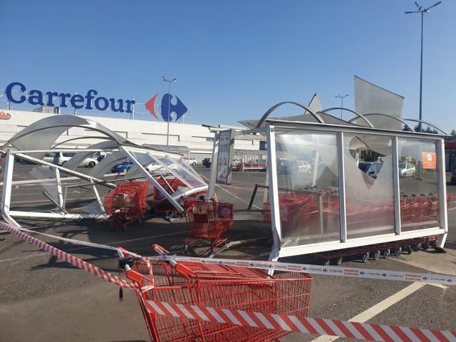 Oczy ze zdziwienia przecierali o poranku pracownicy i klienci marketu Carrefour przy ul. Kolumny. Wiaty do przechowywania wózków wyglądały jak po przejściu tornada. Wygięte stelaże, rozbite szyby i zmiażdżone wózki sklepowe - tak prezentował się parking sklepowy. Co tam się wydarzyło?- pytali.   Czytaj więcej na następnej stronie