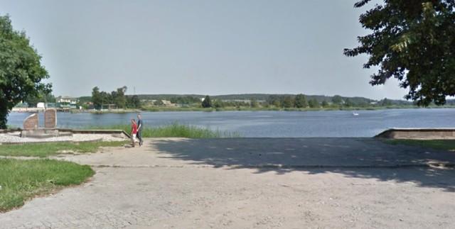 Od chwili wykonania tego zdjęcia, teren nad zalewem bardzo zyskał. Pojawił się taras widokowy, zagospodarowano promenadę, a wzdłuż ulicy jest siłownia napowietrzna i plac zabaw.