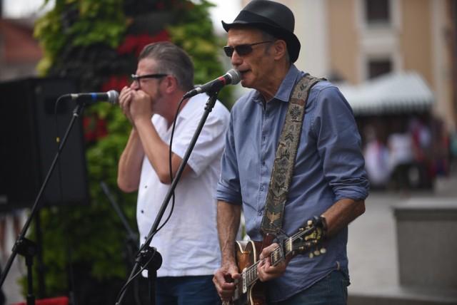 """Koncertem przed pomnikiem Kopernika rozpoczął się w piątek w Toruniu trzydniowy festiwal harmonijkowy - Harmonica Bridge.   PROGRAM FESTIWALU ZNAJDZIESZ: TUTAJ  Zobacz także: Impreza w Cubano Club za nami. Zobaczcie zdjęcia z imprezy """"Noche de Chicas"""" [GALERIA]  Na inaugurację festiwalu wystąpił bluesmani Abi Wallenstein z Izraela i Dieter Kropp z Niemiec oraz folkowy zespół Have Mercy z USA.  Zobaczcie fotorelację z tego wydarzenia.  Polecamy:"""