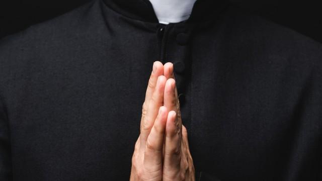 """Kim są młodzi ludzie wstępujący do seminarium? Na to pytanie próbuje odpowiedzieć książka ks. prof. Krzysztofa Pawliny """"Powołania kapłańskie AD 2020"""", która ukazała się w sierpniu 2020. To druga tego typu publikacja w Polsce. Pierwsze podobne badanie odbyło się w 2000 roku. Skąd pochodzą przyszli duchowni, jakie mają wykształcenie i jakie dostrzegają zagrożenia dla Polski i Polaków?"""
