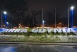 Skwer Arki Gdynia podświetlony na niebiesko. To pierwsze takie miejsce w mieście