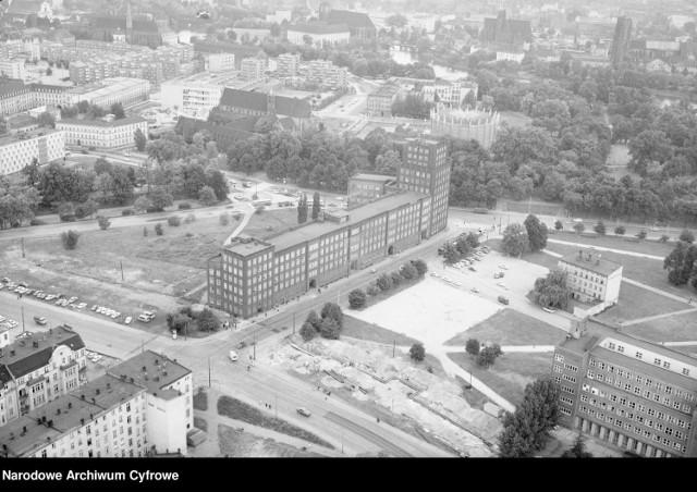 Przy ul. Krasińskiego 1/7 mieściła się siedziba Dzielnicowej Rady Narodowej Wrocław-Śródmieście i urzędu pocztowego. Za gmachem widoczny budynek Panoramy Racławickiej, a z lewej budynek Muzeum Architektury  Zobacz więcej na kolejnym slajdzie --->