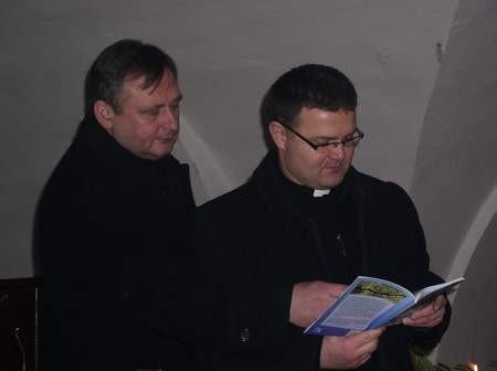 Gospodarzami wieczoru byli ks. Jacek Dawidowski i autor tomiku ks. Wiesław Śmigiel.