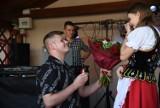 Zaskoczył wszystkich podczas festynu w Lutkowie koło Jarosławia! Nietypowe, ale piękne zaręczyny [ZDJĘCIA]