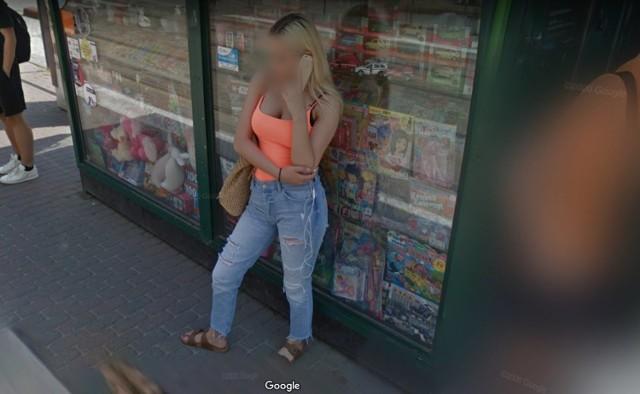 Warto czasem wybrać się na wirtualny spacer po własnym mieście. Dzięki temu można sprawdzić, jak Poznań widzą inni a czasami także natrafić na uwiecznione na zdjęciu nietypowe sytuacje. Niektórzy znajdują nawet samych siebie. Zajrzyjcie do naszej galerii poznanianek w Google Street View. Wprawdzie twarze są tam rozmazane, ale może niektóre wydadzą się znajome?  Kolejne zdjęcie -->