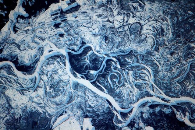 Niesamowite ujęcia Ziemi widziane z kosmosu. W momencie, w którym plastik i śmieci zalewają naszą planetę NASA prezentuje zdjęcia, które zapierają dech w piersiach. Natura jest najlepszym dziełem sztuki. Zdjęcia z letnich mgieł nad oceanem, roztopów na Dnieprze i huraganów w USA, a poza tym zlodowacenia i rzuty na zielone pola. Takie obrazki na co dzień oglądają pracownicy stacji kosmicznych, takie fotografie na Ziemię dostarczają też urządzenia pracujące w przestrzeni kosmicznej. Ziemia z kosmosu wygląda imponująco. Jest szansa, że dziś nic lepszego już nie zobaczysz.