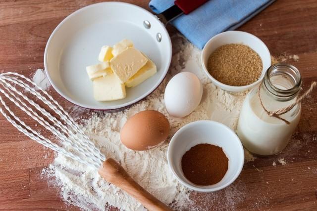 Alergia pokarmowa jest jedną z najbardziej dokuczliwych i wymaga nie tylko zmiany stylu życia, ale przede wszystkim zmiany sposobu żywienia. Mimo, że w polskich domach w menu śniadaniowym królują chleb, mleko i jajka, sporo osób musi z nich zrezygnować. Czym zastąpić popularne produkty w kuchni? Oto najlepsze zamienniki.  Zobacz najlepsze zamienniki w kuchni --->