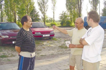Czesław Kosek, Walenty Janiszewski i Marcin Lazar, dyskutują na temat potrzeby miejsc parkingowych przy ulicy Chrobrego.