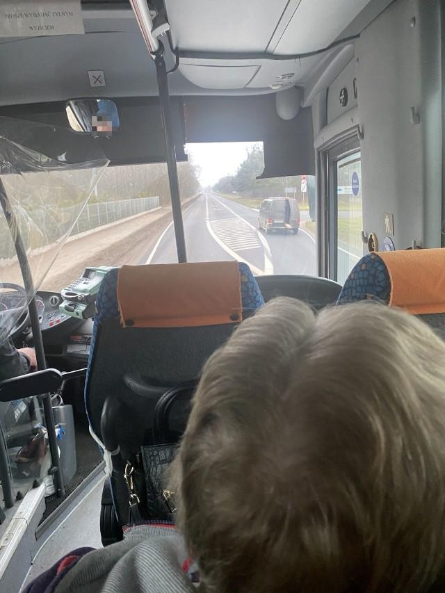 Czytelnik przecierał oczy ze zdumienia widząc, co kierowca robi w czasie jazdy. Autobus przejechał z lewej strony obszaru wyłączonego z ruchu