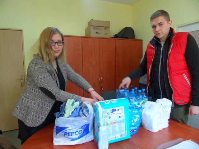 Paulina Kasperek i Marceli Kasprzycki pakują dary dla czteroletniego Kacperka
