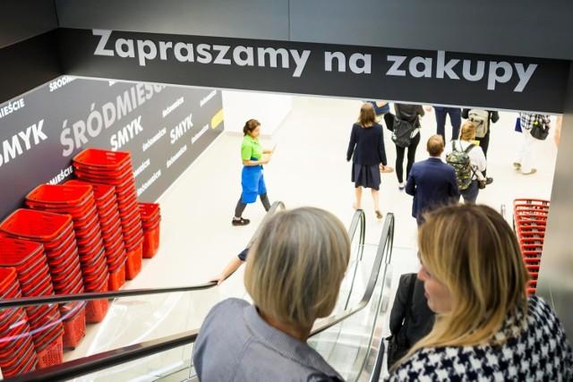 Gdzie Polacy najchętniej robią zakupy, a które sklepy są ich zdaniem najtańsze? Znamy odpowiedzi na te pytania!
