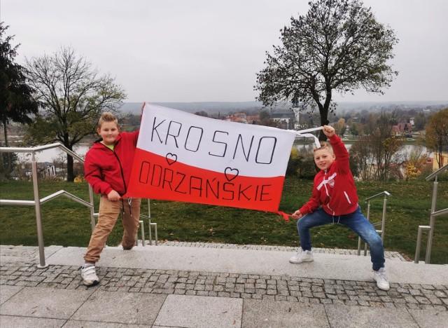 Tak w tym roku wyglądało bicie rekordu flagi w Krośnie Odrzańskim. Mieszkańcy miasta i okolic wysyłali swoje zdjęcia i filmiki z wymiarami flag.