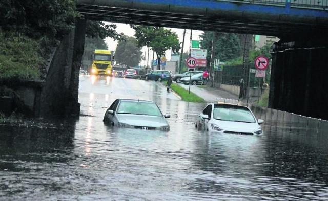 W czasie nawałnicy, 10 lipca, pod wiaduktem utknęły dwa samochody osobowe