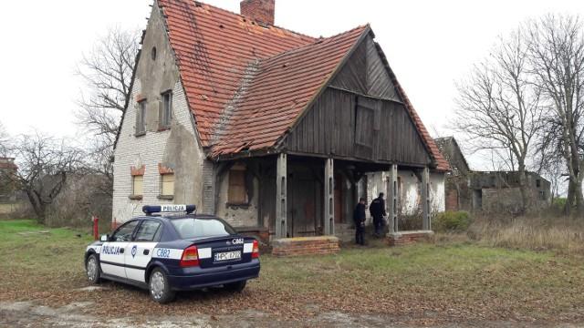 Policjanci sprawdzają miejsca, w których mogą przebywać bezdomni. M.in. w Jadownikach Rycerskich