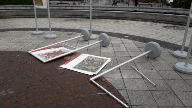 Zniszczona wystawa plenerowa na Placu Konstytucji 3 Maja
