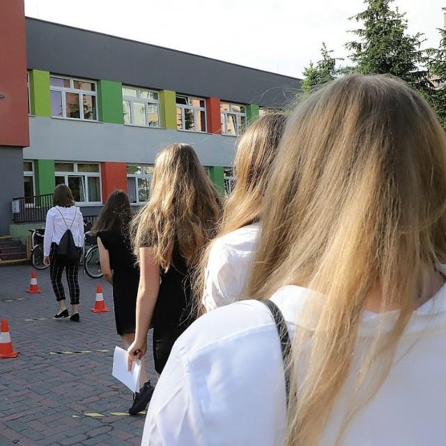 Rekrutacja do szkół ponadpodstawowych 2021 zakończy się dużo wcześniej niż ubiegłoroczna – obecni ósmoklasiści będą cieszyli się bezstresowymi wakacjami aż o trzy tygodnie dłużej niż poprzednicy (ci na zdjęciu w czasie swojego egzaminu państwowego w Łodzi z 2020 r.)