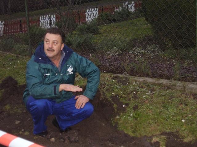 Na takiej wyskokości powstanie chodnik - pokazuje Tadeusz Klimek - woda się od niego zwyczajnie odbije