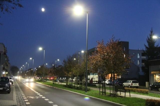 Nowe oświetlenie ledowe zostało zamontowane m.in. na alei Majakowskiego oraz w rejonie osiedla Mickiewicza. Tam planowane są w najbliższych tygodniach kolejne zmiany  Zobacz kolejne zdjęcia/plansze. Przesuwaj zdjęcia w prawo - naciśnij strzałkę lub przycisk NASTĘPNE