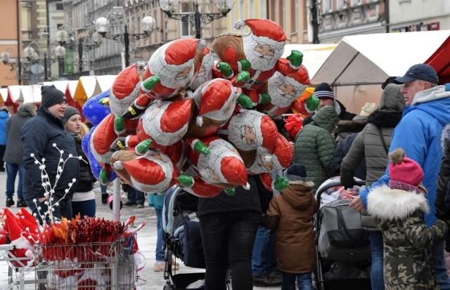 Na inowrocławskim Rynku otwarto dziś (16 grudnia) Kiermasz Świąteczny. Potrwa do on do czwartku, 20 grudnia. Kolorowe stragany czynne będą w najbliższych dniach w godz. 12-18. Można tam nabyć choinki, stroiki i ozdoby choinkowe, pierniki, zabawki, rękodzieło, wędliny, a także grzane wino. Na dzieci czeka gwiazdor. Są tam także karuzele.