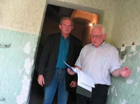 Józef Winkler i Henryk Górecki chcieliby, żeby ZBM w końcu wyremontował zniszczoną klatkę schodową.