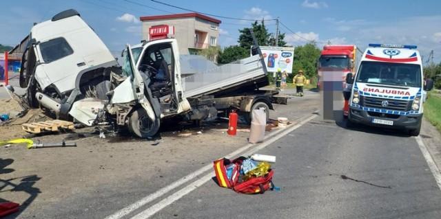 Poważny wypadek w Wawrzeńczycach. Zderzyły się trzy pojazdy, w tym jeden ciężarowy