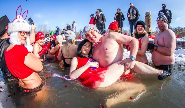 Walentynkowe morsowanie w Parku Lisiniec w Częstochowie  Zobacz kolejne zdjęcia. Przesuwaj zdjęcia w prawo - naciśnij strzałkę lub przycisk NASTĘPNE