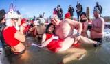 Morsowanie w WALENTYKI w częstochowskim Parku Lisiniec - w wodzie było ponad 100 osób! Zobacz ZDJĘCIA