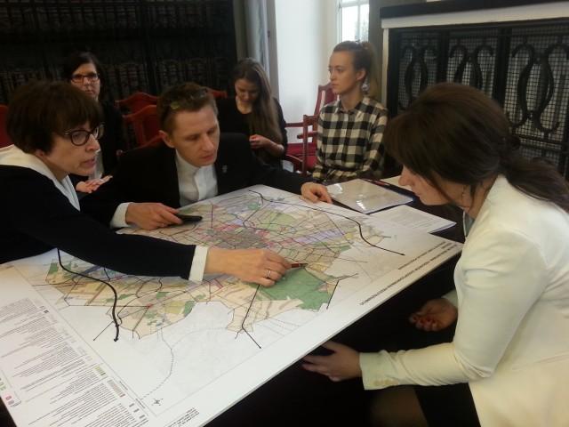 Dyrektor Miejskiej Pracowni Urbanistycznej Robert Warsza (w środku) zapowiedział, że prace nad standardami urbanistycznymi będą trwały do końca roku.