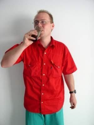 Na upały najlepszym napojem jest niegazowana woda. Na zdjęciu Paweł Heczko, lekarz SOR w chojnickim Szpitalu Specjalistycznym.