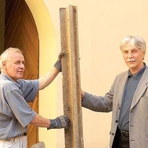 Wiesław Kuś i Marian Dembiniok z Muzeum Śląska Cieszyńskiego pokazują historyczną szynę. fot. Wojciech  Trzcionka